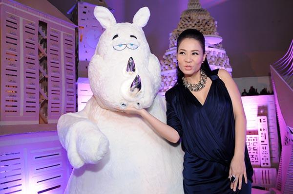 Nữ ca sĩ Đường cong cũng khôn khéo lựa chọn trang phục có nhiều nếp gấp ở vòng 2 để che giấu sự thay đổi vóc dáng của mình.