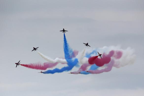 Phi đội Red Arrows của Không quân Hoàng gia Anh trình diễn tại Triển lãm hàng không quốc tế Air Tattoo ở Fairford, Anh.