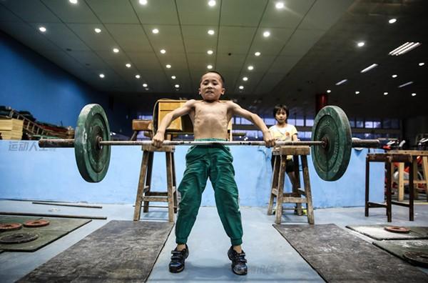 Cận cảnh cuộc sống cơ cực của trẻ em làng cử tạ Trung Quốc 10