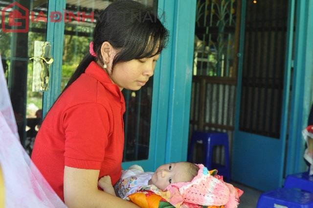 Quốc Huy luôn được chăm sóc chu đáo bởi dì Nguyễn Thị Kim Quanh. Chị Quanh luôn lo lắng đến tình hình sức khỏe và rất mong cháu mình luôn khỏe để nhanh chóng lắp chân giả