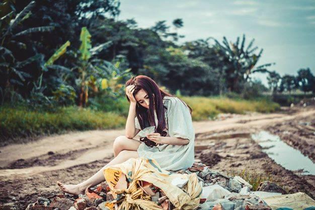 Nỗi cô đơn, âu sầu thể hiện rõ trên từng hành động, cử chỉ, đôi mắt và khuôn mặt lạnh lùng của cô.