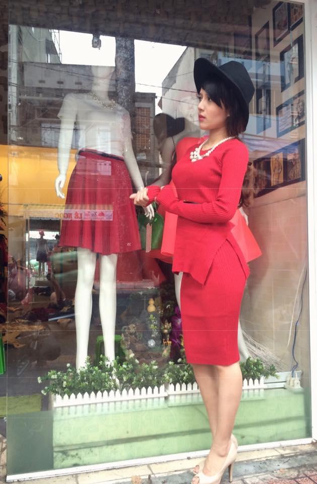 Minh Yến làm mẫu cho chính những sản phẩm do cô thiết kế.