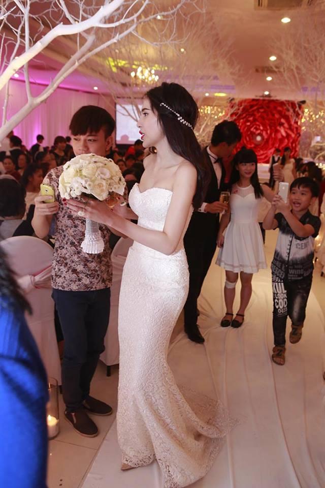 Thủy Tiên khoe dáng chuẩn trong bộ váy cưới xinh đẹp.
