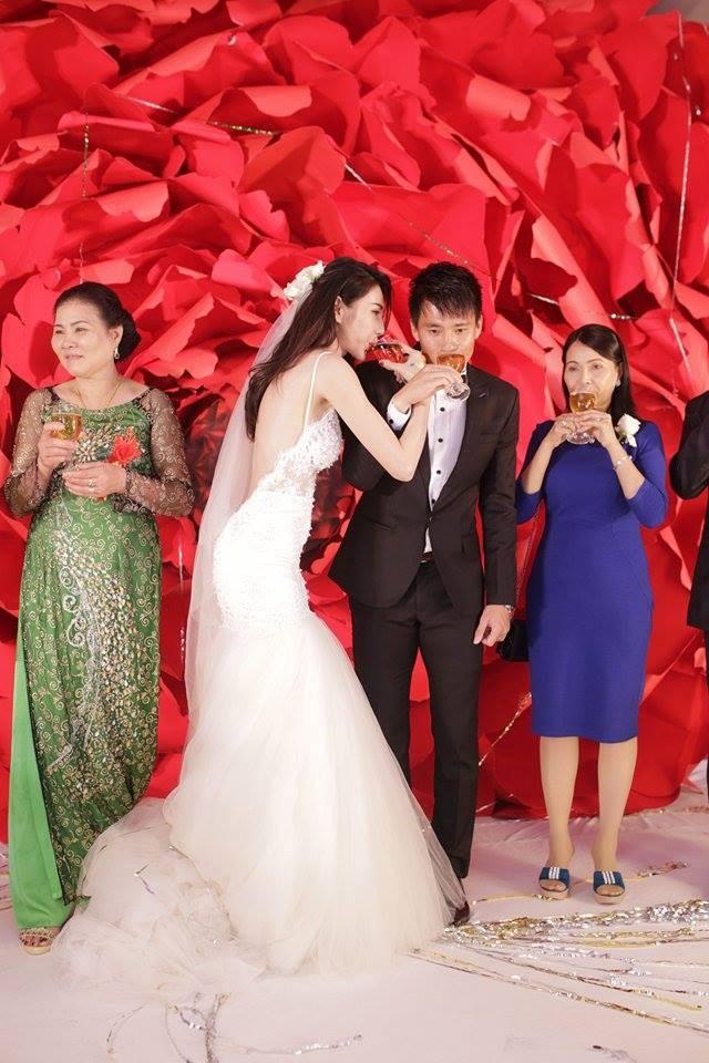 Bộ váy cưới gợi cảm từng được Thủy Tiên mặc trong MV Happy Ending.