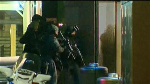 Cảnh sát vũ trang ập vào quán cafe.