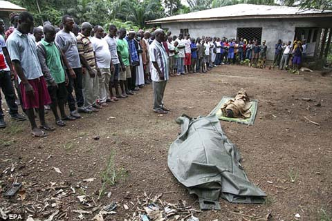 Thêm những hình ảnh chấn động từ tâm đại dịch Ebola 10