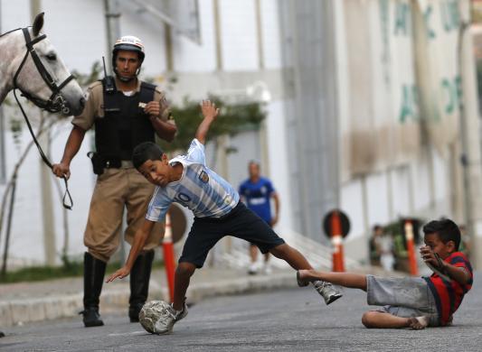 Trẻ em chơi bóng đá trên đường phố ở Belo Horizonte, Brazil.