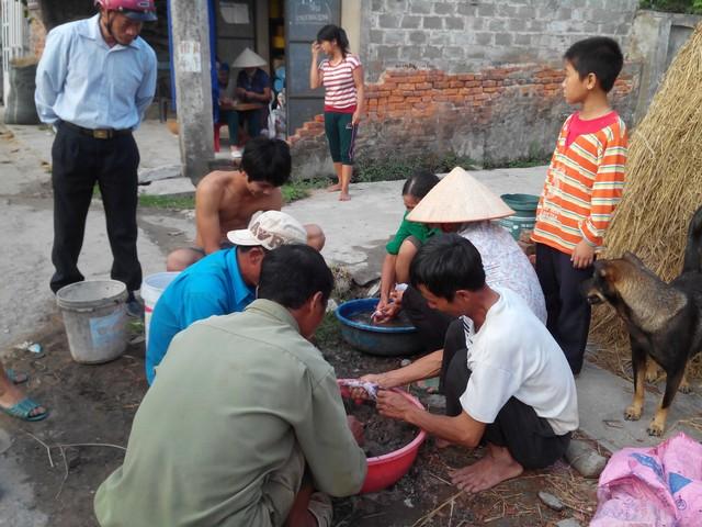 Từ ngoài đi vào làng, cách một đoạn chừng chục mét lại có một nhóm làm thịt chuột và bày bán.