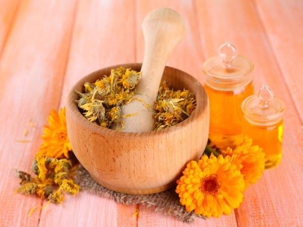 Tinh dầu: Một số mùi hương của các loại hoa và thảo dược rất hiệu quả cho chứng nhức đầu. Bạn có thể sử dụng mùi của hoa oải hương, hoa cúc,… để xông sẽ giúp bạn thư giãn và thoát khỏi chứng đau đầu.