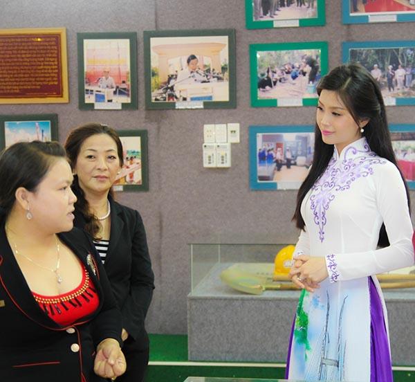 Tại đây, Diễm Trang chăm chú nghe cán bộ khu di tích chia sẻ về những tài liệu ở nơi có nhiều chiến tích lịch sử.