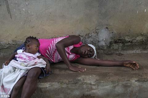 Thêm những hình ảnh chấn động từ tâm đại dịch Ebola 11