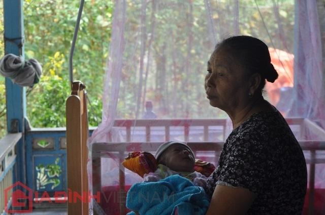 Bà ngoại bé Quốc Huy luôn lo và buồn vì không biết tương lai cháu mình sẽ ra sao