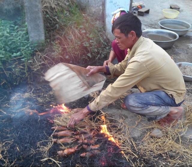 Làm thịt chuột đồng cũng khá cầu kỳ, trải qua nhiều công đoạn đòi hỏi sự tỉ mỉ, chú tâm của người làm.
