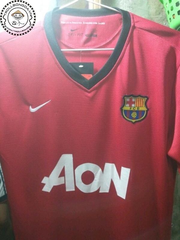 Áo Man United cũng bị troll theo, logo Barca nằm rất trang trọng!