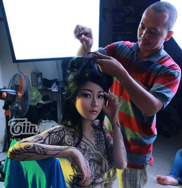 Cô nàng 9X chấp nhận khỏa thân vì nghệ thuật body painting