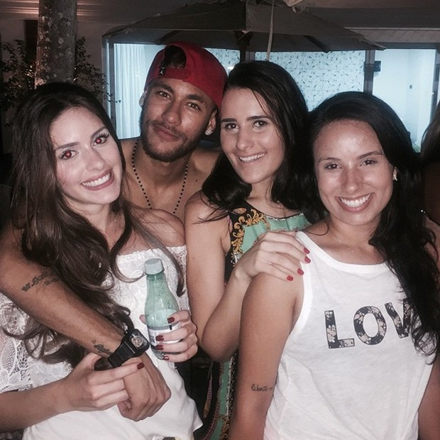 Neymar quàng tay qua vai Camila trong bức hình chụp chung với bạn bè