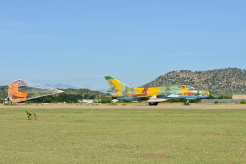 Bung dù đuôi giảm tốc độ máy bay sau khi tiếp đất.