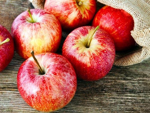 Táo: Sử dụng táo vào buổi sáng kết hợp với một cốc sữa ấm sẽ giúp bạn thoải mái tinh thần và hạn chế được chứng đau đầu của mình.