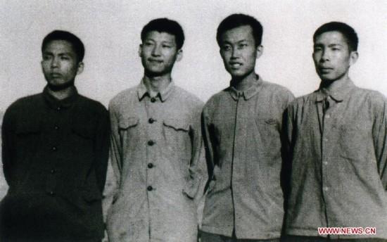 Ông Tập Cận Bình (thứ 2 từ trái qua) năm 1973, thời kỳ ông về nông thôn và làm việc tại thôn Lương Gia Hà, huyện Diên Xuyên, tỉnh Thiểm Tây, Trung Quốc. Ảnh: Xinhua