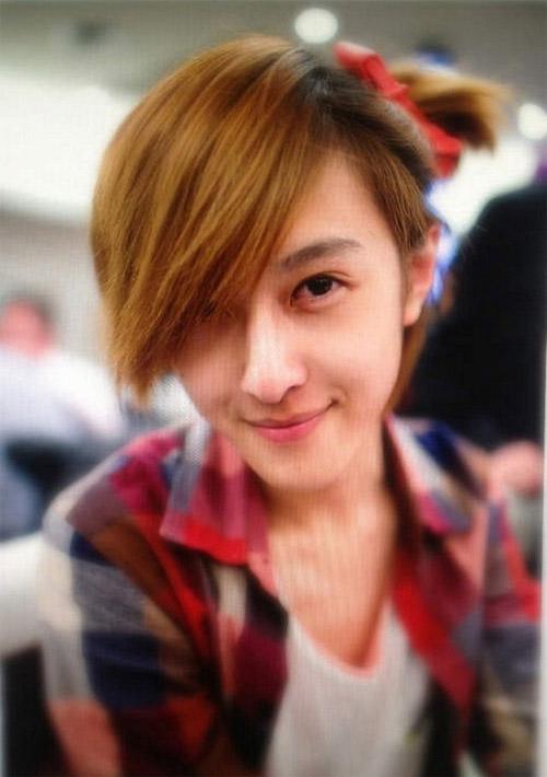 Yiming Zhao khiến nhiều chàng trai đau khổ khi tiết lộ rằng mình là con trai và đã có bạn gái.