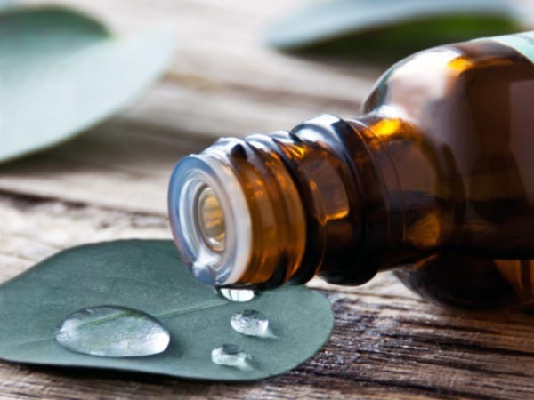 Dầu: Bạn có thể sử dụng dầu để làm giảm đau và chống viêm, massage đầu và cổ có thể là phương pháp làm giảm đau ngay lập tức triệu chứng này.