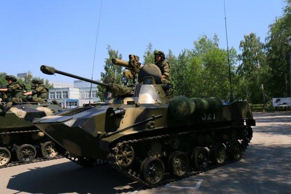 Xe chiến đấu lính dù BMD-2, xe có thể được vận chuyển bằng máy bay vận tải và thả dù xuống vị trí chiến đấu. Vũ khí trang bị trên xe có 1 pháo 2A42 cỡ nòng 30mm và tên lửa chống tăng Konkur