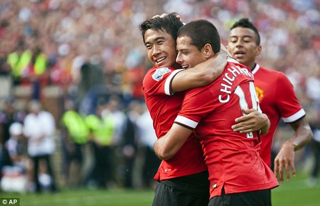 Chicharito ghi bàn thứ 3 cho Man United.