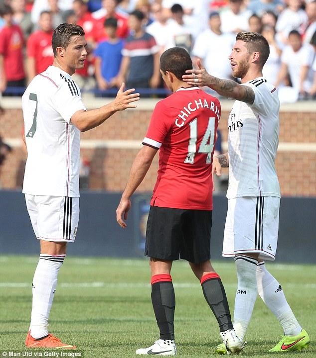 Ronaldo lịch sự chúc mừng đối thủ.