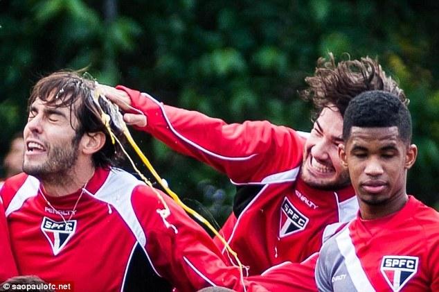 Pato chia vui với đàn anh bằng cách đập quả trứng vào đầu Kaka trong buổi tập của Sao Paulo