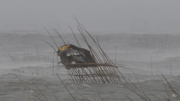 Chòi canh cá của ngư dân siêu vẹo trong gió bão ở thị trấn biển Bacoor.