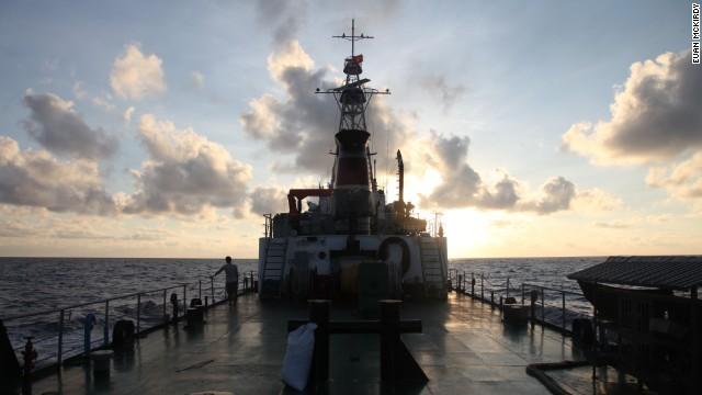 Tàu cảnh sát biển 8003 đi trong hoàng hôn.