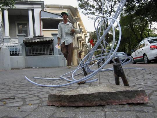 Nhiều đoạn dây cáp buộc sơ sài, nằm vương vãi trên mặt đường hoặc cuộn rối vào những gốc cây, trụ điện.