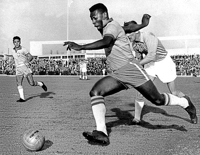 Pele tỏa sáng khi mới 17 tuổi, mang áo số 10 nhờ 1 trò chơi khăm và trở thành cầu thủ vĩ đại nhất thế giới