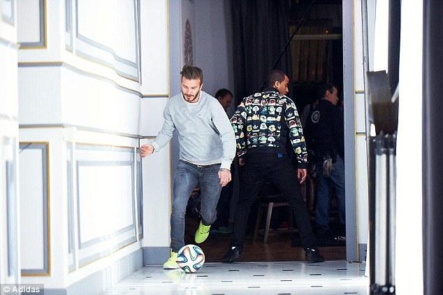 David Beckham trong một đoạn quay phim không được ghi lại (thay vì đi qua Moura thì anh đã chuyền lọt háng tiền vệ này)