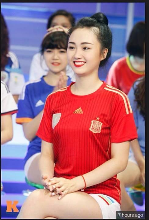 Nguyễn Lê Hồ đại diện cho TBN trong một chương trình truyền hình về World Cup 2014