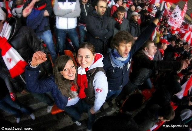 Stepanova và 1 fan nữ khác trên khán đài trận mở màn Premier League Nga giữa Spartak Moscow và Rubin Kazan. Trận này, Spartak thắng 4-0.