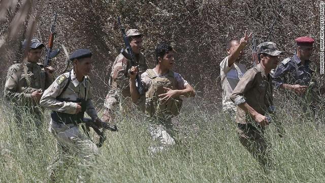 Lính Iraq trên một cánh đồng ở Sakhr, Iraq sau khi được cho là đẩy lùi chiến binh thánh chiến Hồi giáo khỏi khu vực này