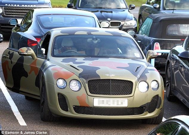 Balotelli trong £ 160.000 ngụy trang của mình Bentley GT ở Manchester trong khi ông là một cầu thủ thành phố