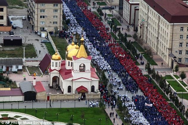 Đoàn người diễu hành tại thủ đô Chechnya đề mừng sinh nhật Tổng thống Nga.