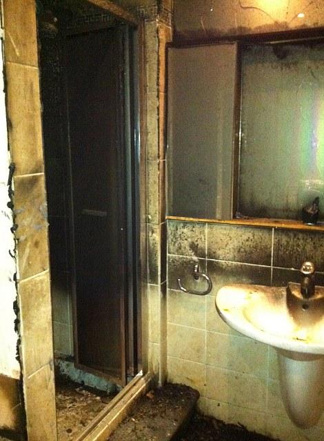 Phòng tắm Balotelli được cho thấy có bị cháy bởi những bức ảnh mới