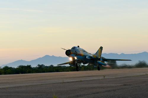 Chuyến bay khí tượng đầu tiên do cán bộ chỉ huy thực hiện từ rất sớm.
