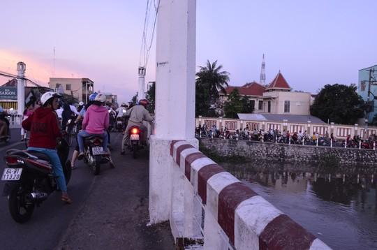 Khúc sông cầu Lộ chảy ngang nhà bà Mai, nơi nghi bà ngủ bị té sông