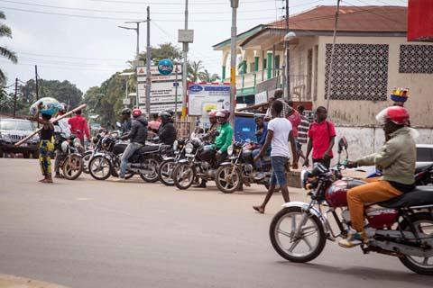 Thêm những hình ảnh chấn động từ tâm đại dịch Ebola 2
