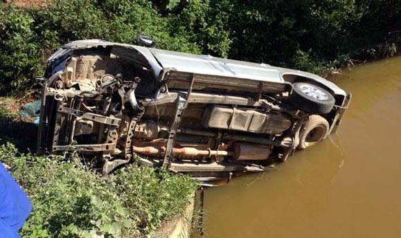 Thời điểm trên, chiếc xe 7 chỗ hiệu Innova mang BKS 37A – 1... đang lưu thông trên QL15 hướng xuống thị trấn Nam Đàn, khi đến khu vực xóm 4 Nam Nghĩa bất ngờ mất lái, lao xuống cống nước.
