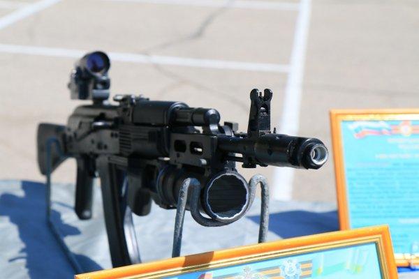 Về vũ khí: các loại vũ khí cá nhân của lính dù Nga được trang bị tương tự như với lục quân Nga gồm có súng trường tiến công AK-74M.