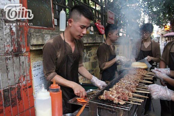 Cửa hàng thịt xiên ở Hà Nội nổi tiếng vì chủ đẹp trai như hot boy