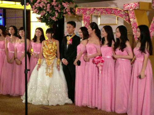 Cô dâu đeo 70 chiếc vòng vàng 2