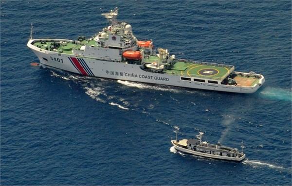 Tàu hải cảnh số hiệu 3401 chặn tàu của Philippines ở khu vực bãi Cỏ Mây.