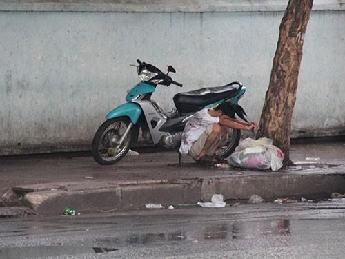 Một đối tượng khác ngồi phê thuốc trước nhà giữ xe Bệnh viện Ung Bướu.