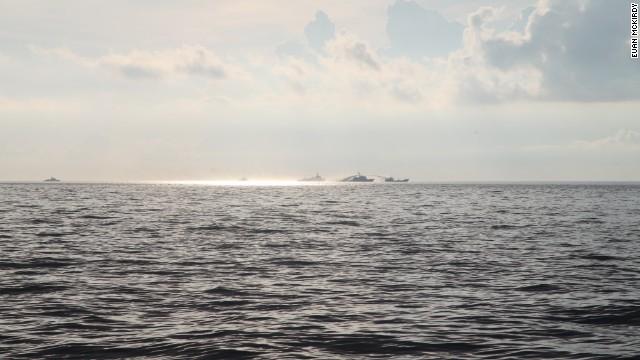 Hình ảnh tàu Trung Quốc sử dụng vòi rồng (súng bắn nước) tấn công các tàu đánh cá của Việt Nam.